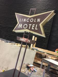 Miniature vintage motel sign models- final Lincoln